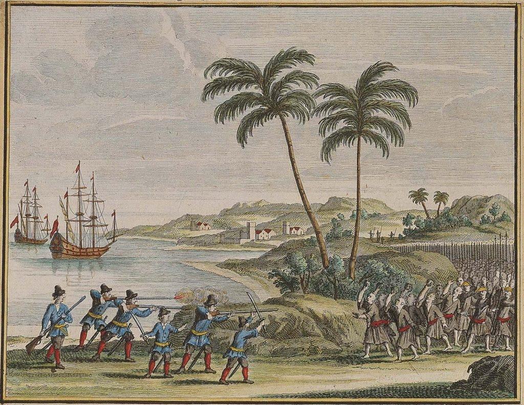 1622 年荷蘭東印度公司 6 名船員,在古雷半島南岸附近遇風漂流上岸,和當地居民起衝突。此處背景為銅山灣,左方一艘為維多利亞號,另一艘為 De Haan 或 Sint Nikolaas 號,皆為荷蘭中型船。 圖片來源│François Valentijn, Oud en Nieuw Oost- Indiën (Dordrecht: Joannes van Braam), 1726, Vol. 4, Part II, Book 3, p. 45. ,取自國立臺灣歷史博物館藏(登錄號 2003.015.0127)