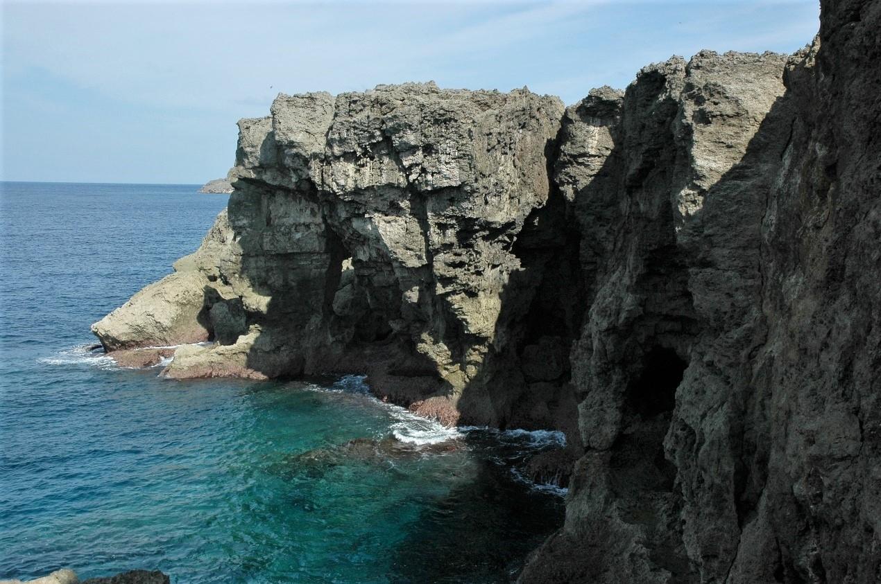 與那國島有許多高聳的峭壁。攝影:杜銘章