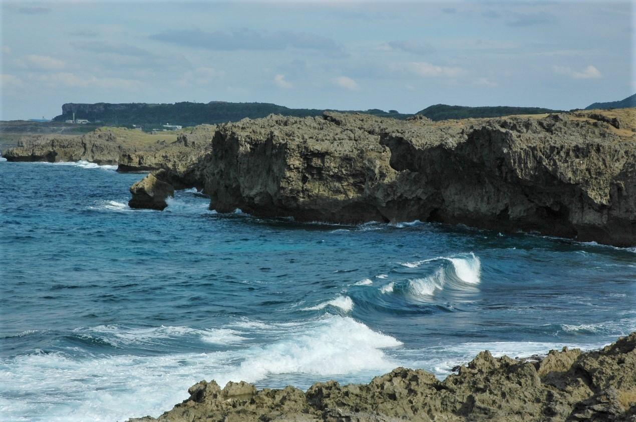 與那國島沿岸的峭壁。攝影:杜銘章