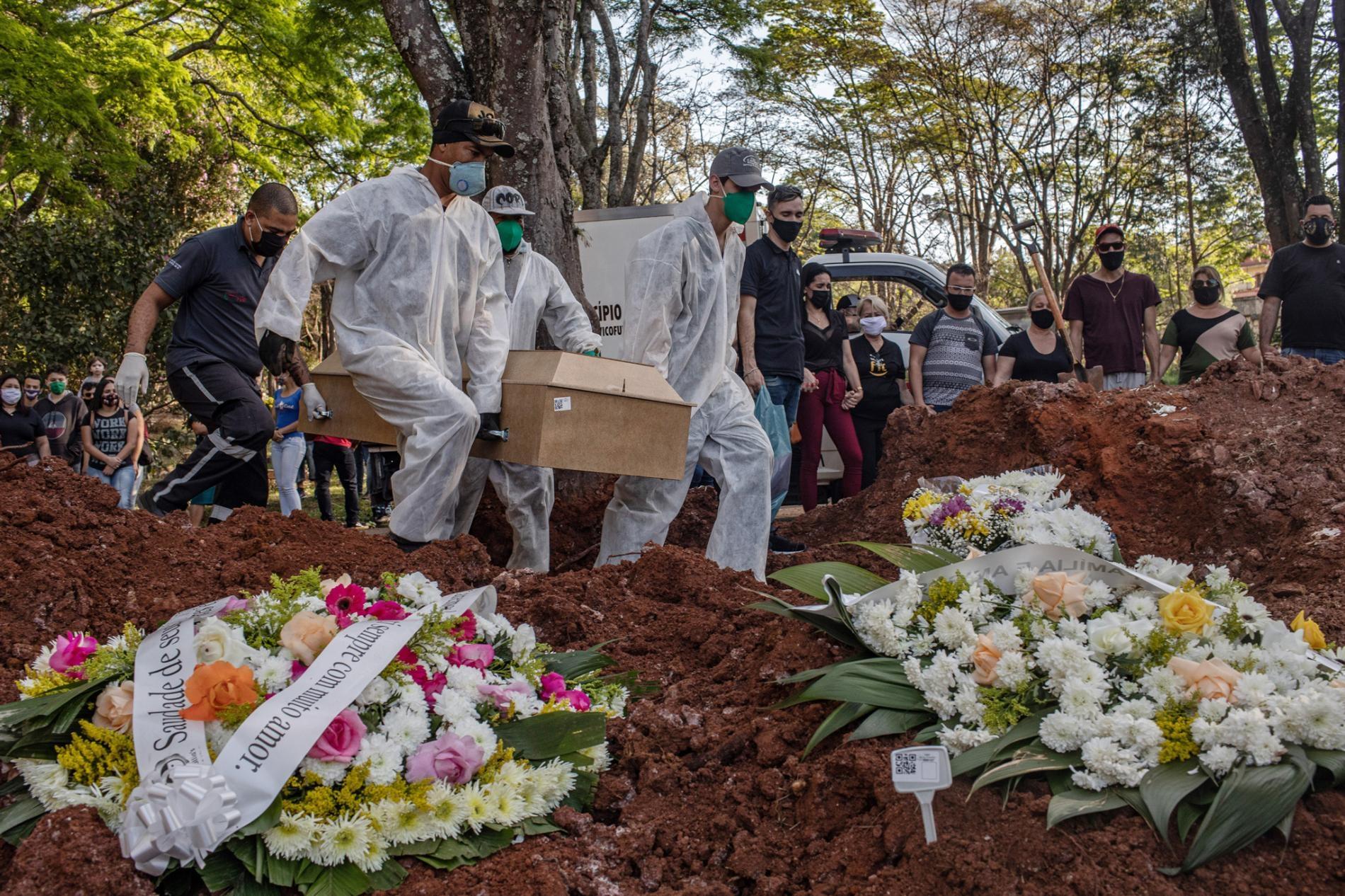 2020年7月7日,掘墓工人把冠狀病毒死者葬在巴西聖保羅的美麗村墓園(Vila Formosa Cemetery)。PHOTOGRAPH BY VICTOR MORIYAMA, THE NEW YORK TIMES VIA REDUX