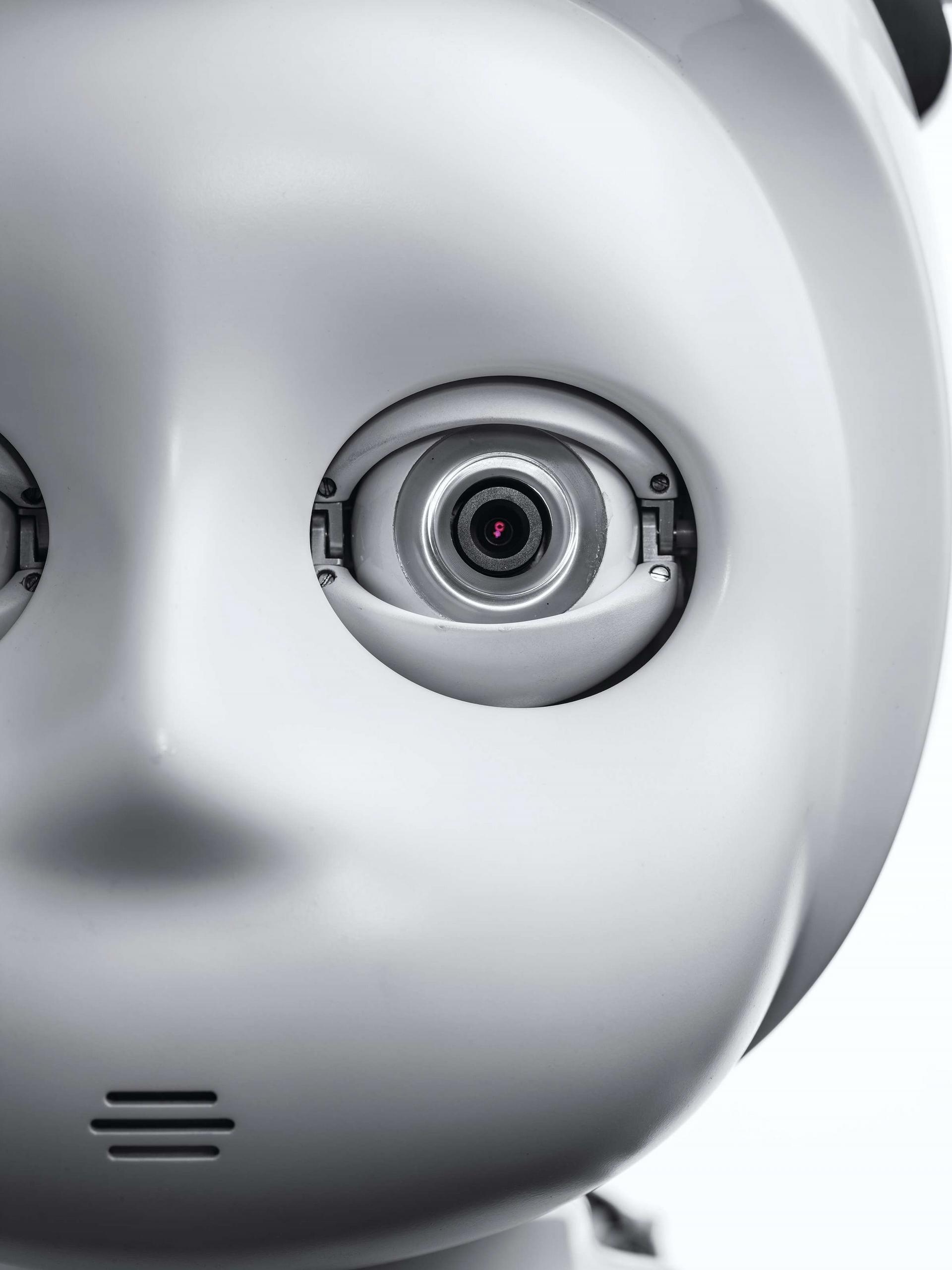 有些人則認為像Curi這樣的機器人讓人比較自在,它來自喬治亞理工學院的社會智能機械實驗室。他們說如果機器人太像人類,人類的接受度會因為「恐怖谷」效應而大幅降低。這個詞由森政弘發明,指的是當機器人不像一個高效能機器,反而更像似人非人(或屍體)的模樣時,我們所產生的不安感。Photo by SPENCER LOWELL(史賓賽.羅威爾)