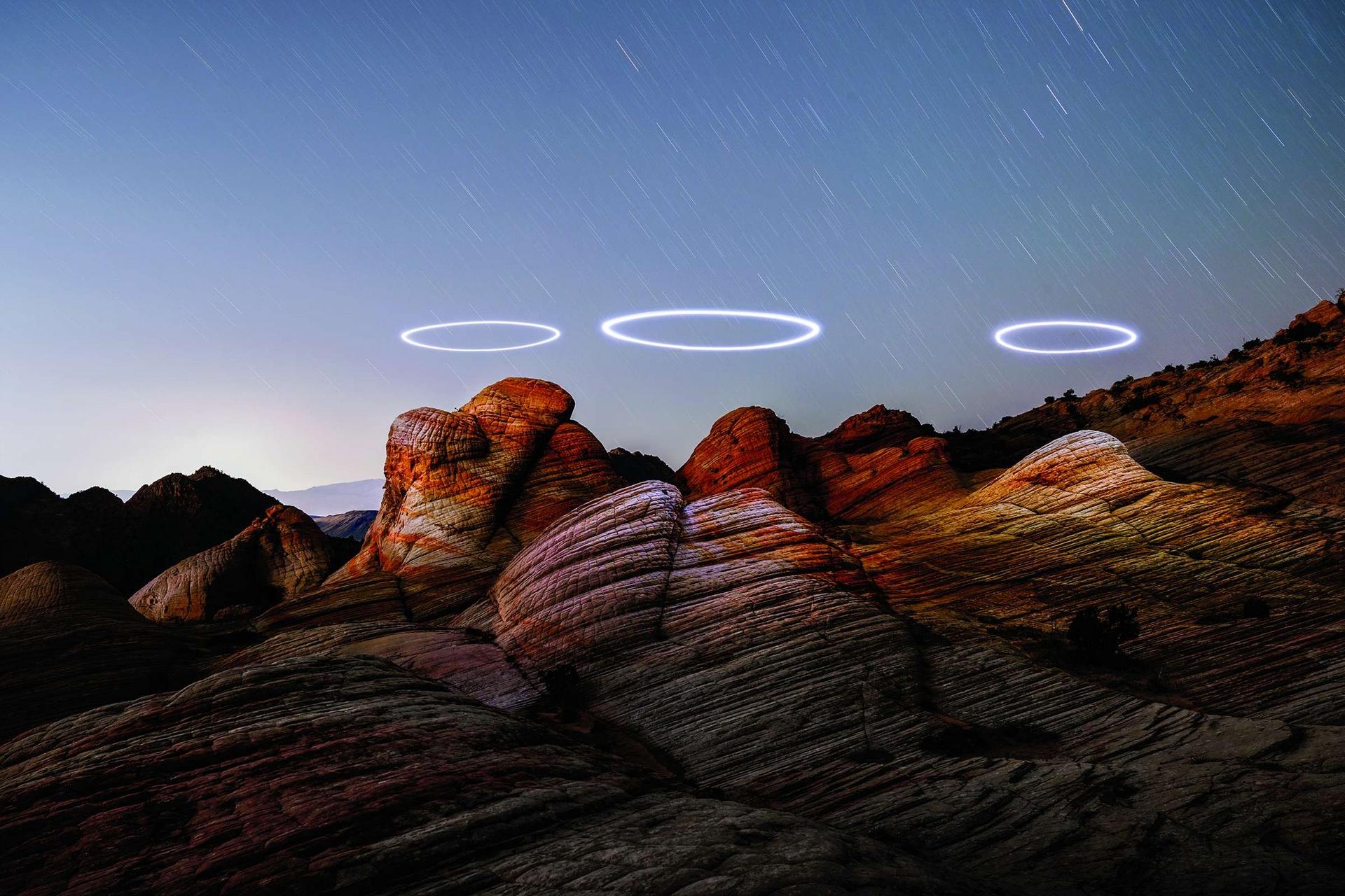 吳鴻淋讓打光的空拍機在猶他州延特高原的砂岩地層上方盤旋,然後將數張長曝光的照片結合成這張影像。攝影:吳鴻淋