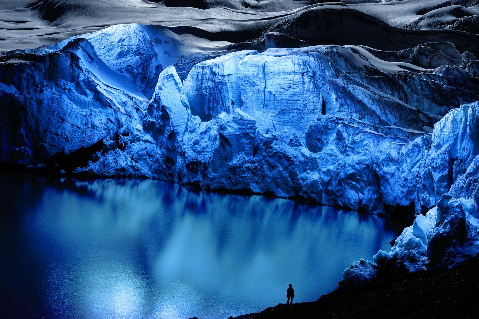 吳鴻淋使用裝在空拍機上的燈,戲劇性地照亮祕魯布蘭卡山脈的帕斯托魯尼冰河,創作出這幅影像。攝影:吳鴻淋