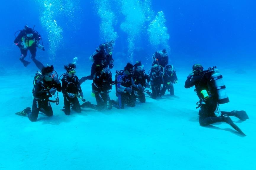 在限制水域結束後,就是開放水域的練習,此時學員已經適應了水下的姿態,潛伴間不需要彼此緊扣就可以維持穩定的姿勢了。但是助教們仍是需要緊盯著學員。攝影:朱雲瑋