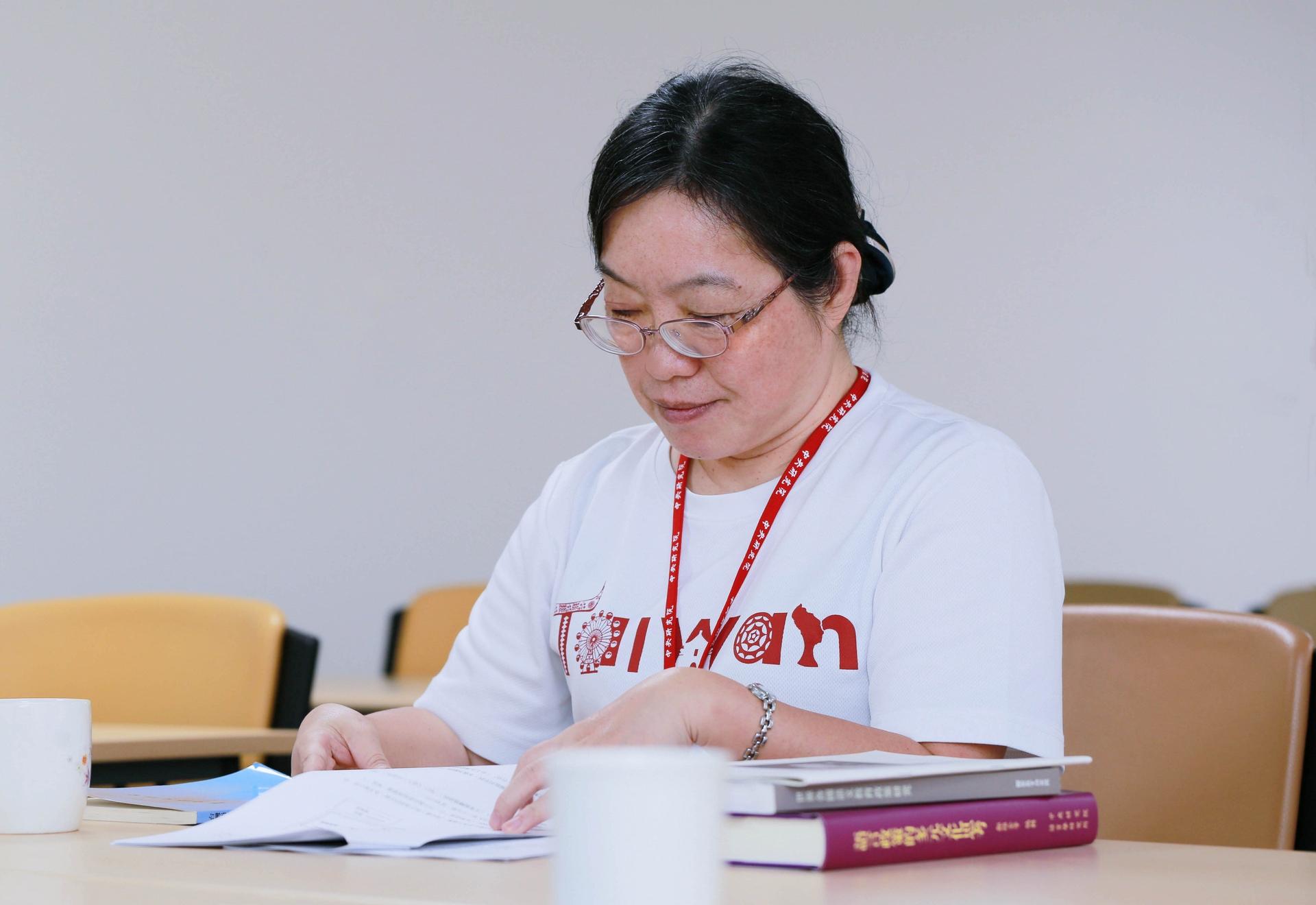 「我的研究動機很簡單,為什麼我的母語都沒有人研究?」碩士、博士論文都是研究閩南語,蕭素英說,研究母語最大好處就是能掌握細微語義差別。她帶孩子念故事書,也會用閩南語來講,讓孩子知道漢字也可以用閩南語來念,因為「語言傳承,就是要創造接觸的環境。」 攝影│林洵安