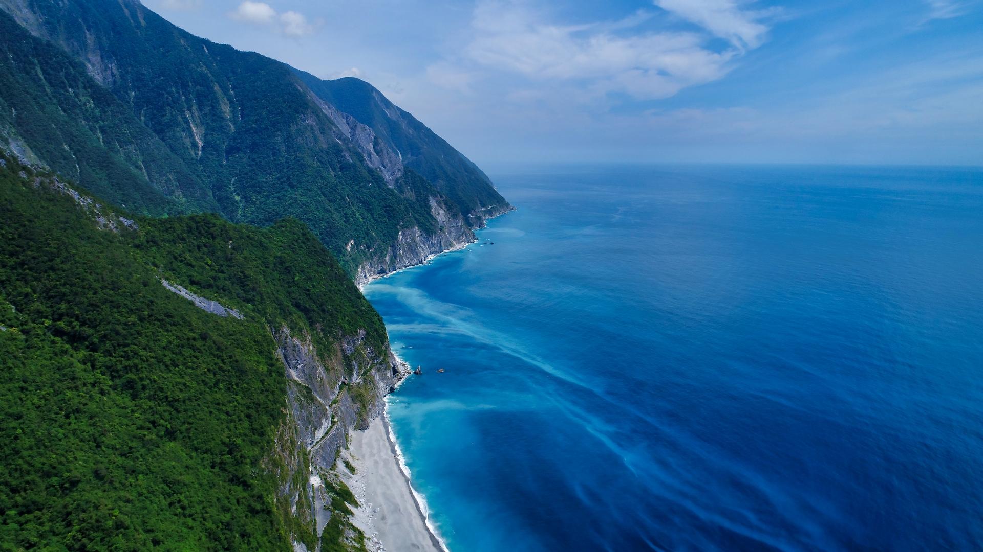 具有美麗之島(Formosa)之稱的臺灣,因持續受到地質板塊不斷的相互擠壓,造就東海岸特殊的海岸景觀。