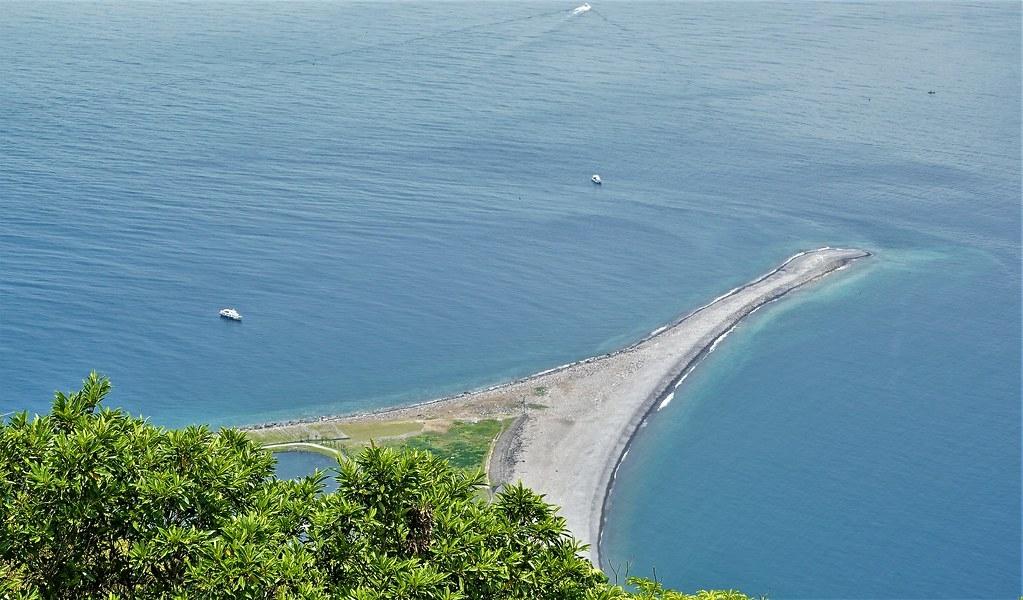 龜山島西側因海浪堆積作用形成的龜尾會隨著季節變化而擺動、增長與縮短。孫文臨攝