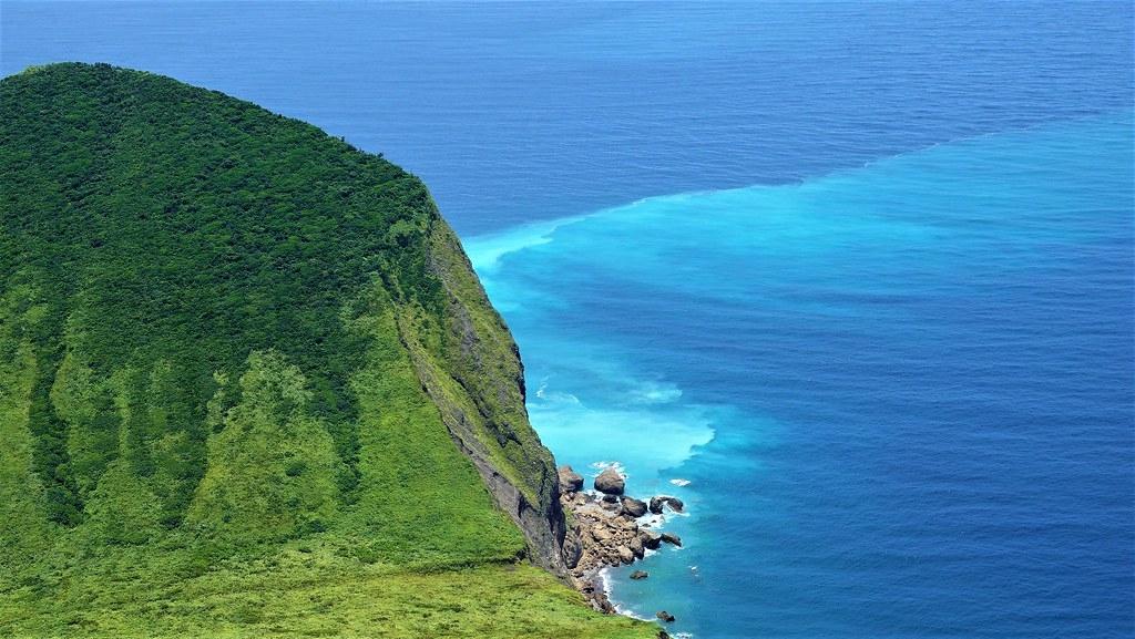 龜山島東南角的龜首處因海底火山活動形成熱泉,讓海水顏色有明顯差異,又稱「牛奶海」。孫文臨攝