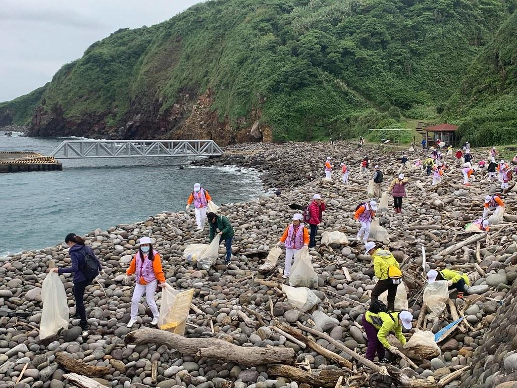 龜山島仍受海漂垃圾影響,每年開放前都會舉行淨灘活動。圖片來源:東北角暨宜蘭海岸風景管理處