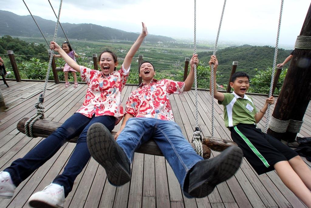 香格里拉休閒農場的置高點觀景台,可邊盪鞦韆飛高高、邊欣賞山下蘭陽平原的遼闊美景。