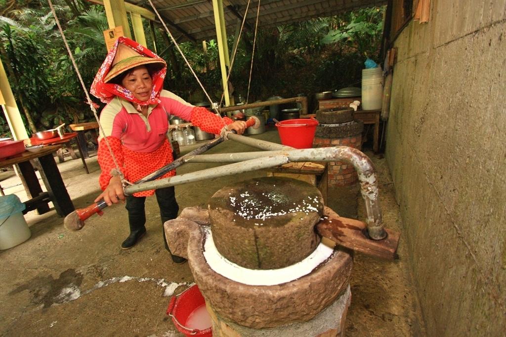 友善環境的頭城農場,可親身感受農家生活的推石磨傳統文化活動。