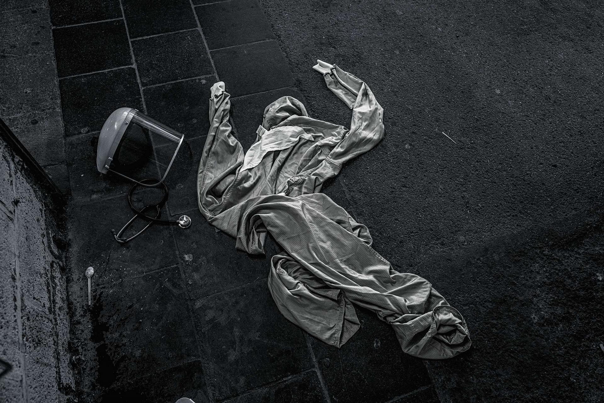 聽診器、面罩、防護衣:這些防疫必需品散落在比利時拉盧維耶爾的一間醫院外,那是一名醫生為了避免新的感染,在從救護車前往急診室途中脫下棄置的。 塞德利克.傑貝耶的報導有部分由國家地理學會的COVID-19緊急記者基金贊助。攝影:塞德利克.傑貝耶 CÉDRIC GERBEHAYE