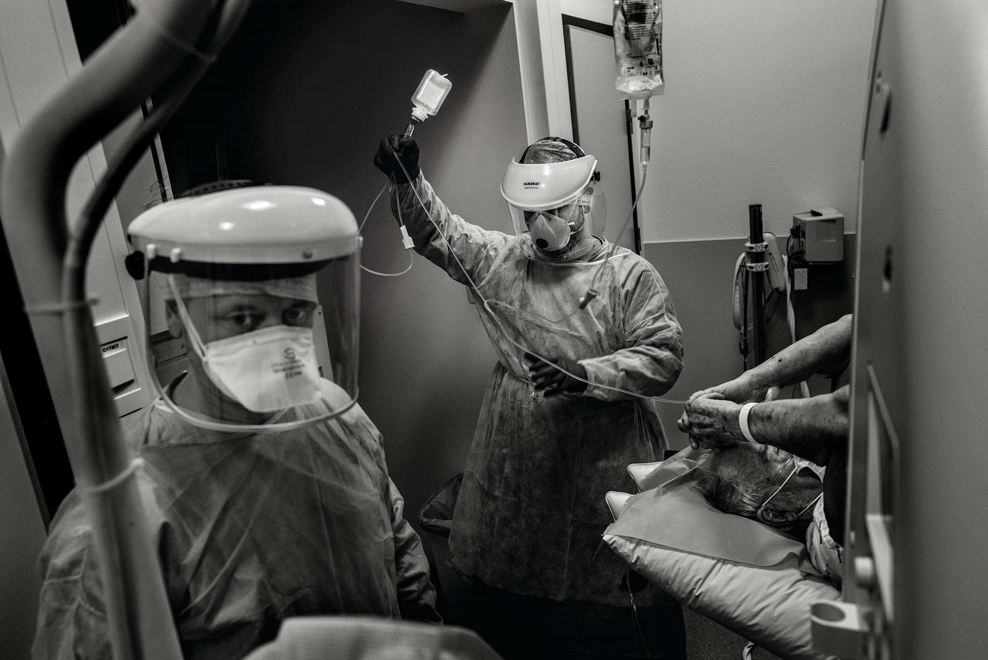 抗疫工作造成的心理代價寫在這位醫技人員戴著面罩的臉上,他正在拉盧維耶爾的醫院幫一名病人做電腦斷層掃描前的準備。今年春天有一段時間,比利時的COVID-19人均死亡率是全球最高的,到5月底時,總人口1170萬的比利時已有超過9000人死亡。雖然後來疫情被控制住了,但盛夏時的數字再度攀升,令人擔憂。攝影:塞德利克.傑貝耶 CÉDRIC GERBEHAYE