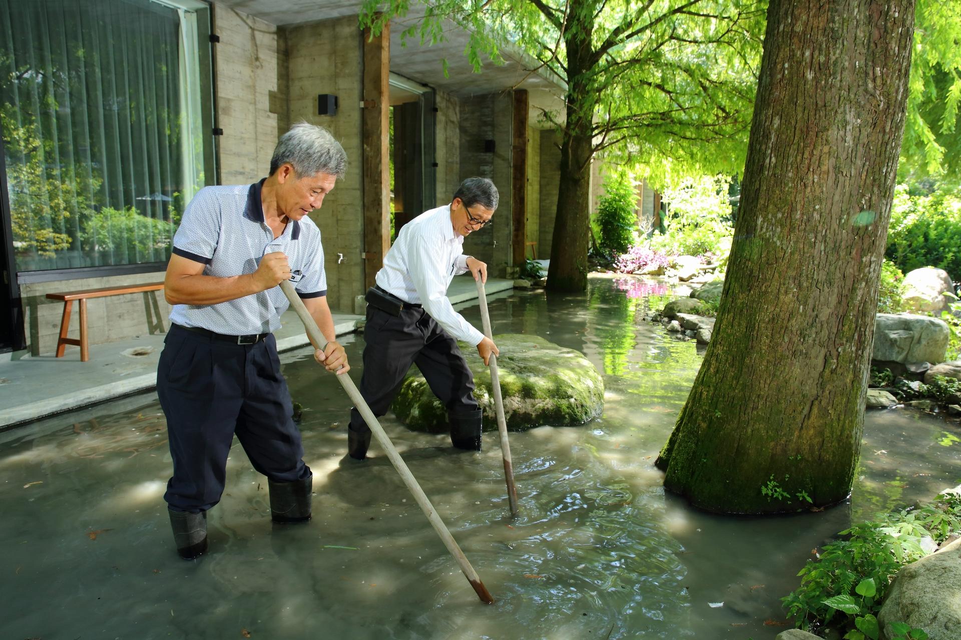 三富休閒農場,生態工法建造的水池需要經常夯土維持蓄水
