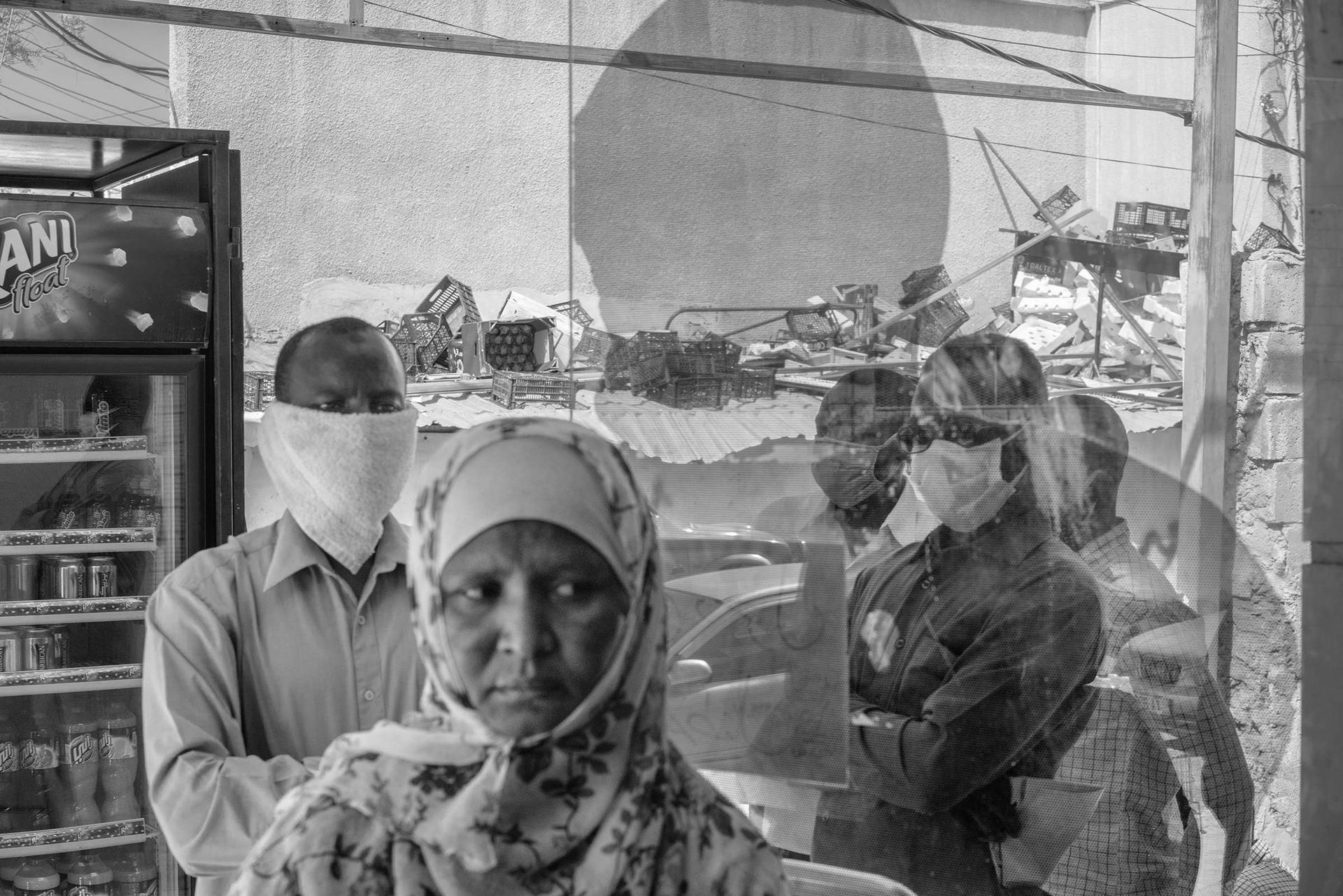 在約旦這個全世界難民密度最高的國家之一,蘇丹難民正在安曼的一家雜貨店等候兌換配給券。約旦在疫情期間的宵禁和經濟衰退對難民造成的衝擊最大;多數合法工作都不開放給非約旦公民。攝影:摩伊西斯.薩曼 MOISES SAMAN