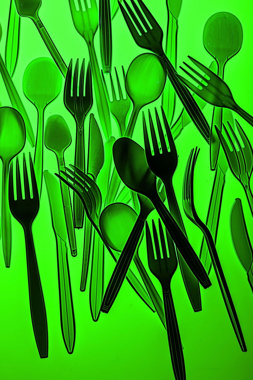 數十億 全球每年都會丟掉數十億個塑膠餐具,我們以前沒有這些東西時是怎麼過日子的?現在我們還回得去嗎?攝影:漢娜.惠特克 HANNAH WHITAKER