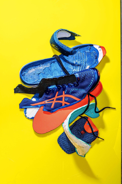 242億 2018年全球共生產了242億雙鞋子。鞋子很難回收,因為製造過程會把不同種類的塑膠和其他材料黏在一起並定型。攝影:漢娜.惠特克 HANNAH WHITAKER