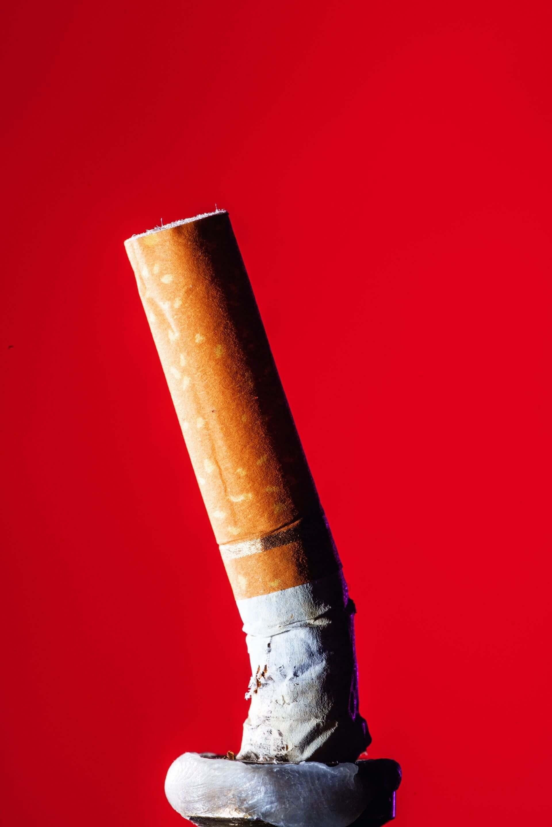 3兆 每年有3兆個菸屁股遭任意丟棄,香菸的濾嘴是塑膠製,也使之成為塑膠汙染的一大來源。攝影:漢娜.惠特克 HANNAH WHITAKER
