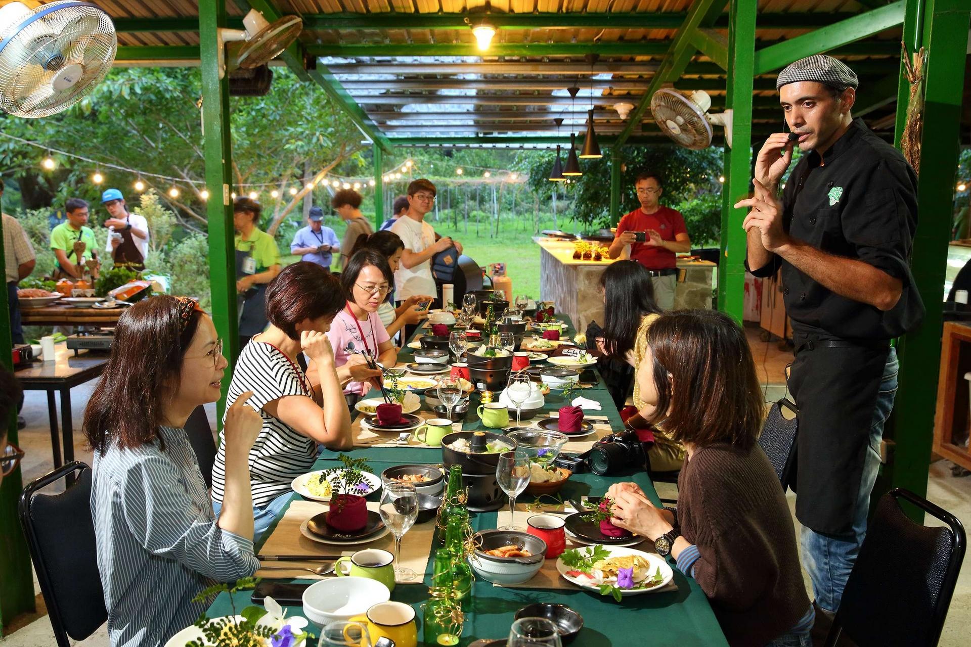 頭城農場綠色廚房大廚吳小龍(David)在一場農村廚房體驗活動中,以農場栽種的蔬果和植物烹調特色美食及設計擺盤,也帶領民眾認識在地食材。近年來,頭城農場積極導入循環農業理念,推廣「吃當地、食當令」低碳食物里程,並成為臺灣第一個得到GSTC全球永續旅館認證的休閒農場,食農教育和環境生態餐飲美學是農場耕耘的方向,而農場擁有自然溪流和茂密青翠的林相、廣闊的有機耕作稻田、果園和蔬菜園等,是環境教育的理想場所。