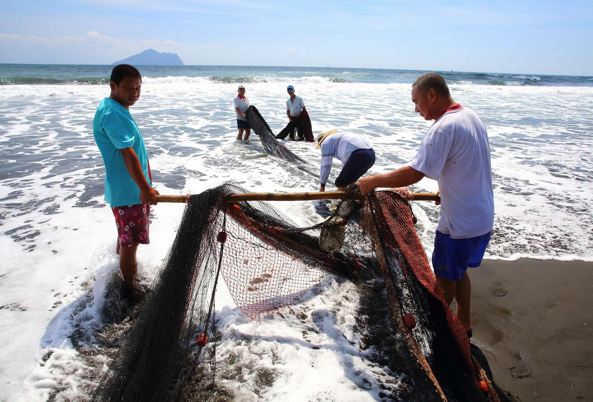 宜蘭外澳沙灘的牽罟環教活動,讓民眾得以體現古早友善捕魚方式。