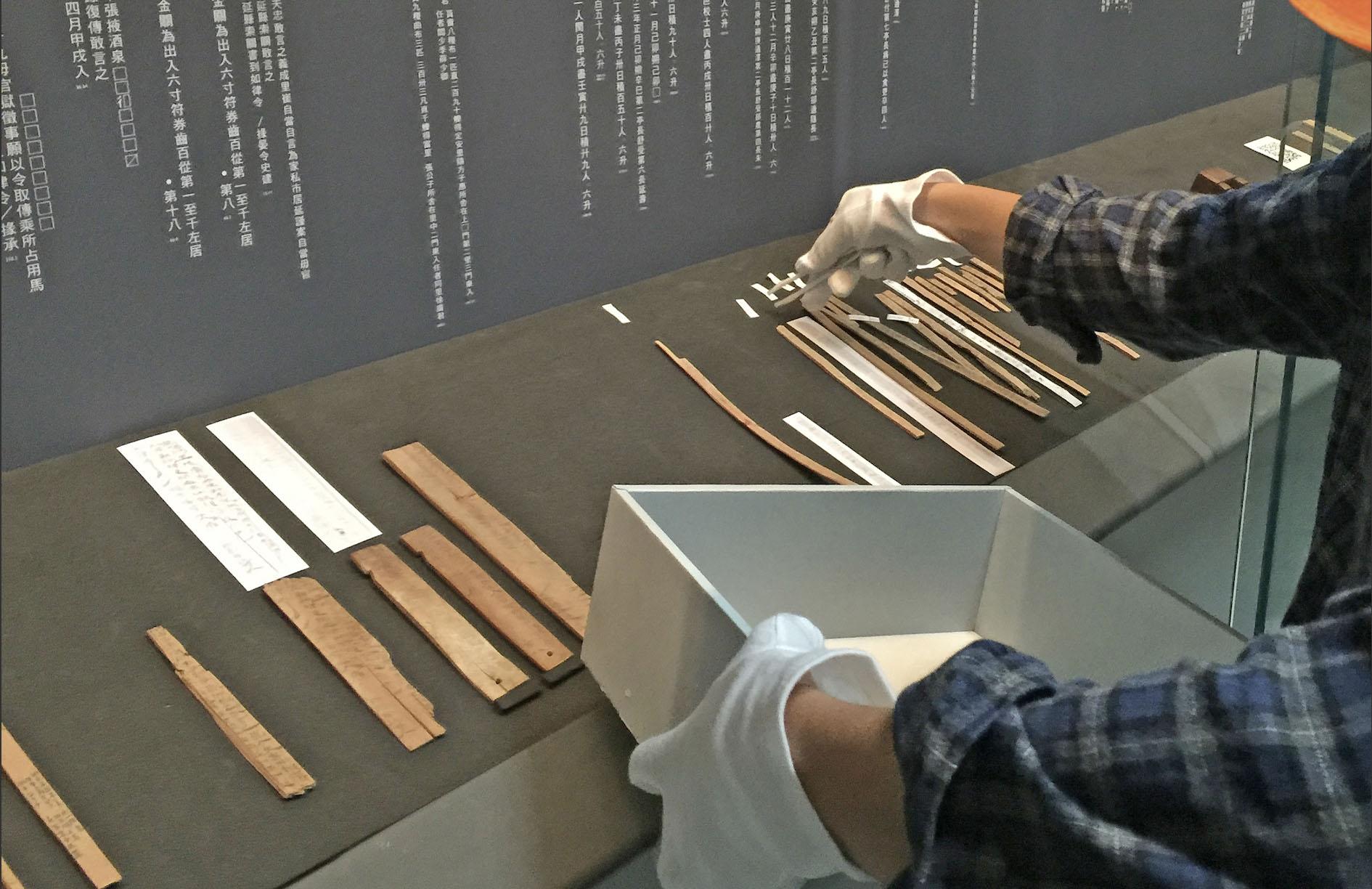 簡牘文書是古人書寫在竹木片的紀錄,但這些珍貴文獻往往字跡潦草、模糊,很難辨認。2019 年中研院開發出簡牘字典數位資料庫,是研究者重要幫手。今年更與日本五大學研機構合作,蒐齊 150 萬的字形,建置了東亞規模最大的「歷史文字資料庫統合檢索系統」。 圖│研之有物(來源:歷史文物陳列館/中研院開放博物館)