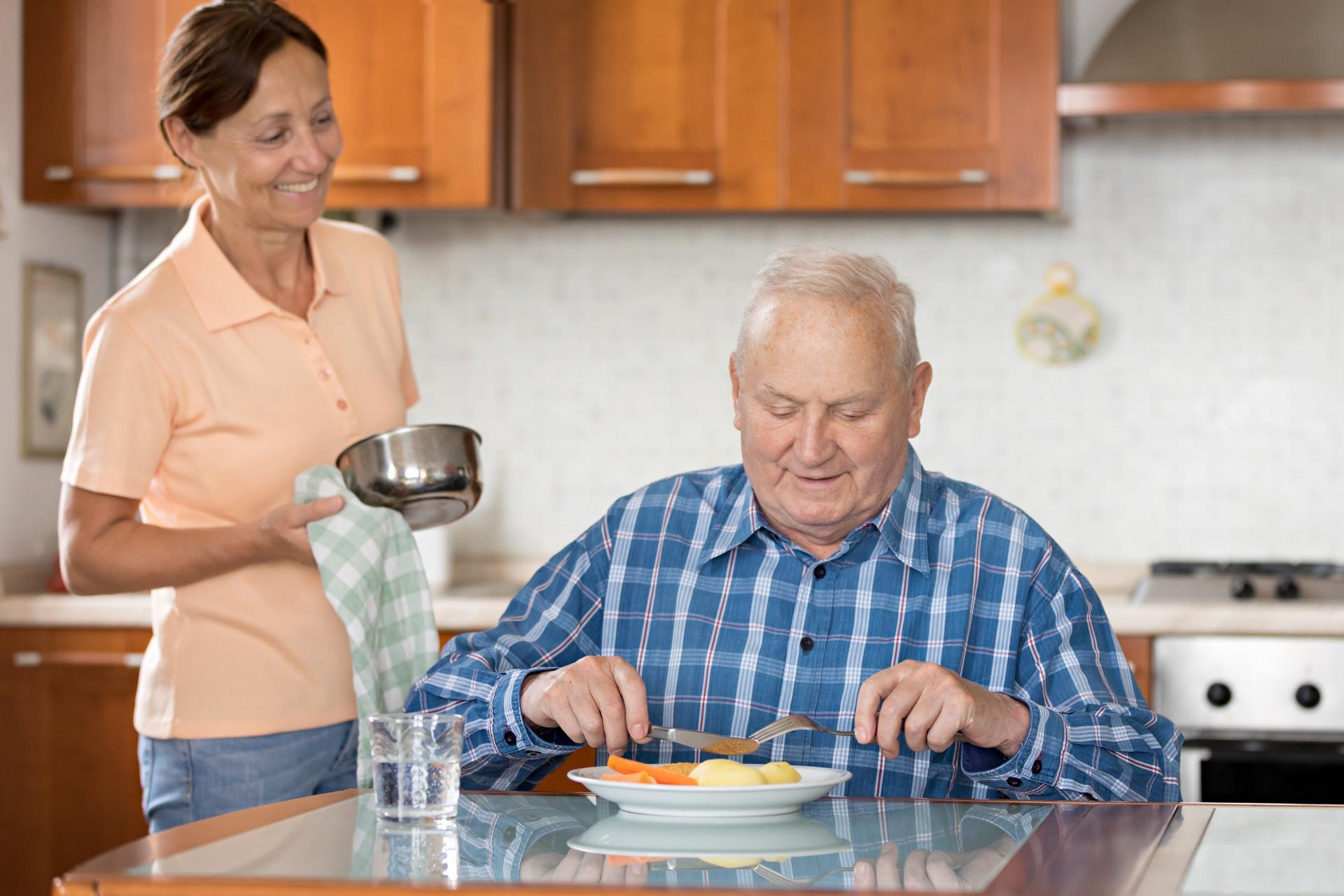 雇用相對低廉的外籍看護,是義大利目前普遍流行的照護選擇。如同目前臺灣多以「移工」取代外勞、瑪麗亞稱呼,近年義大利也逐漸改稱 family assistant,不再用有汙名意涵的 badanti。 圖│ iStock