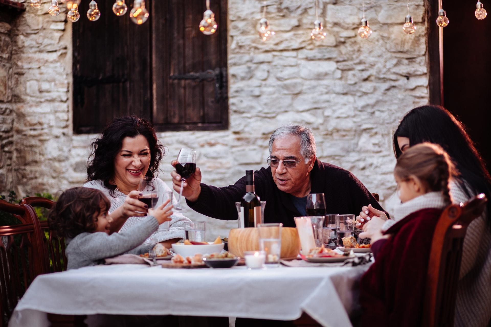 義大利政府每月提供約 480 歐元給嚴重失能的老人,少數地方政府另外發放 300-500 元津貼。有些人認為,政府以現金補助取代照護機構,讓義大利家庭傳統得以被保留。但外籍看護工是否為長久之策,仍值得觀察。 圖│ iStock
