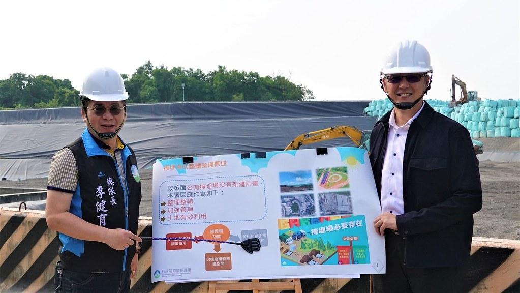 環保署環境督察總隊總隊長李健育(左)前往完工後的路竹掩埋場。孫文臨攝