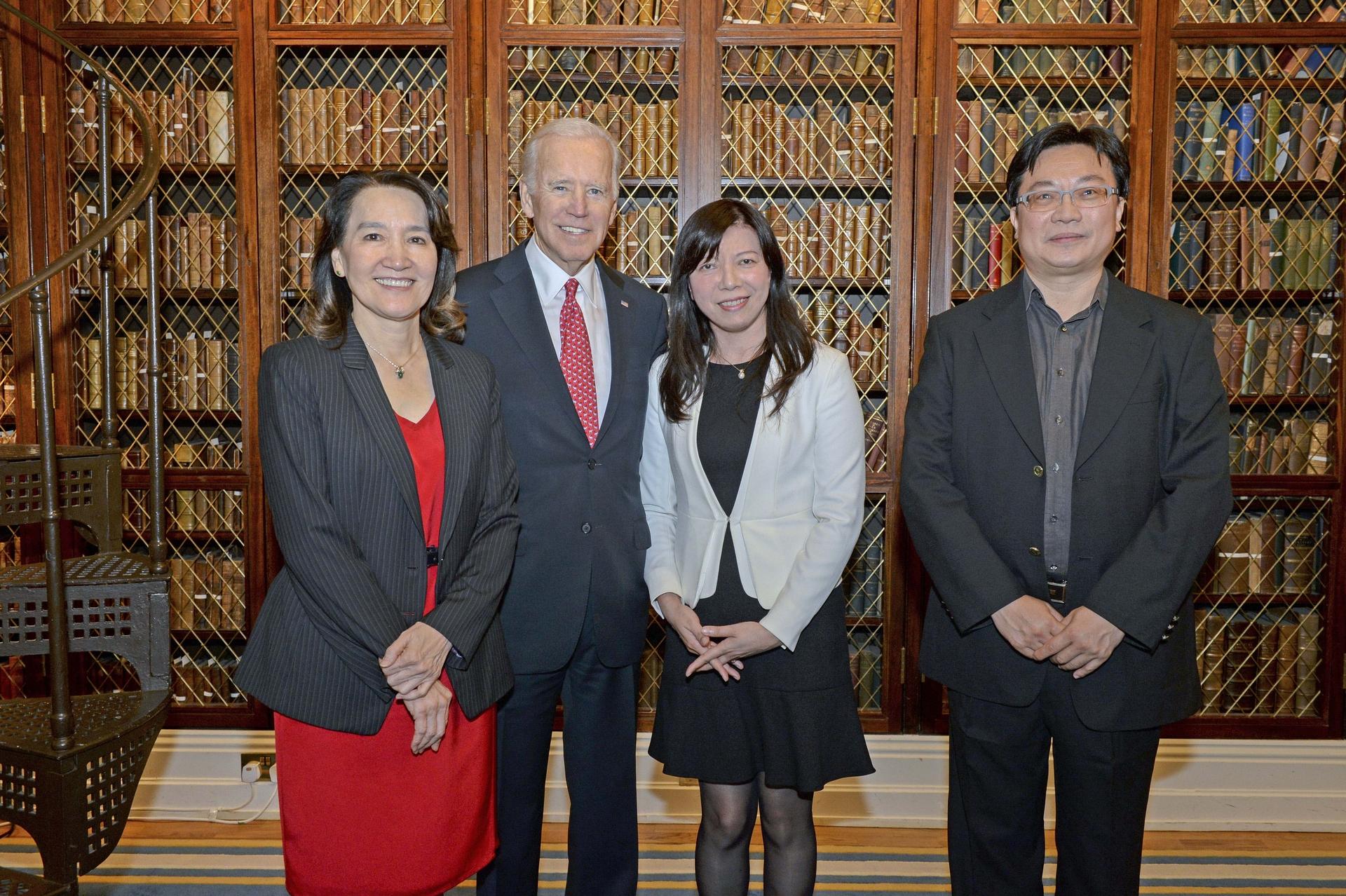臺灣癌症登月計畫團隊參與領袖會議,陳玉如與當時的美國副總統拜登合影。 圖│陳玉如