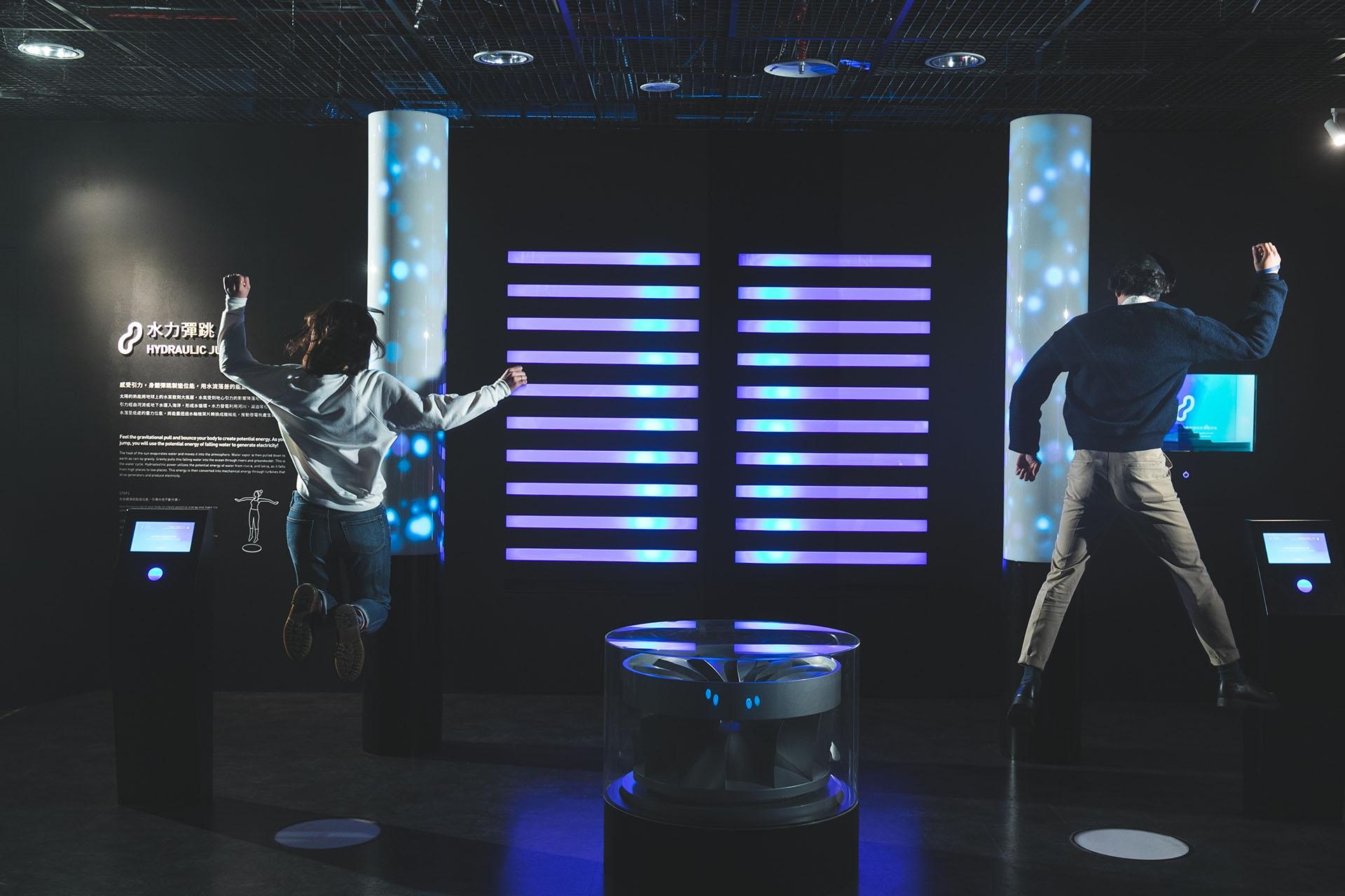 在ENERGYM裡可以親身感受不同能源特色與科學發電原理,項目包含水力彈跳、風力舞踏、光伏運動、波浪戰繩和地熱飛輪。