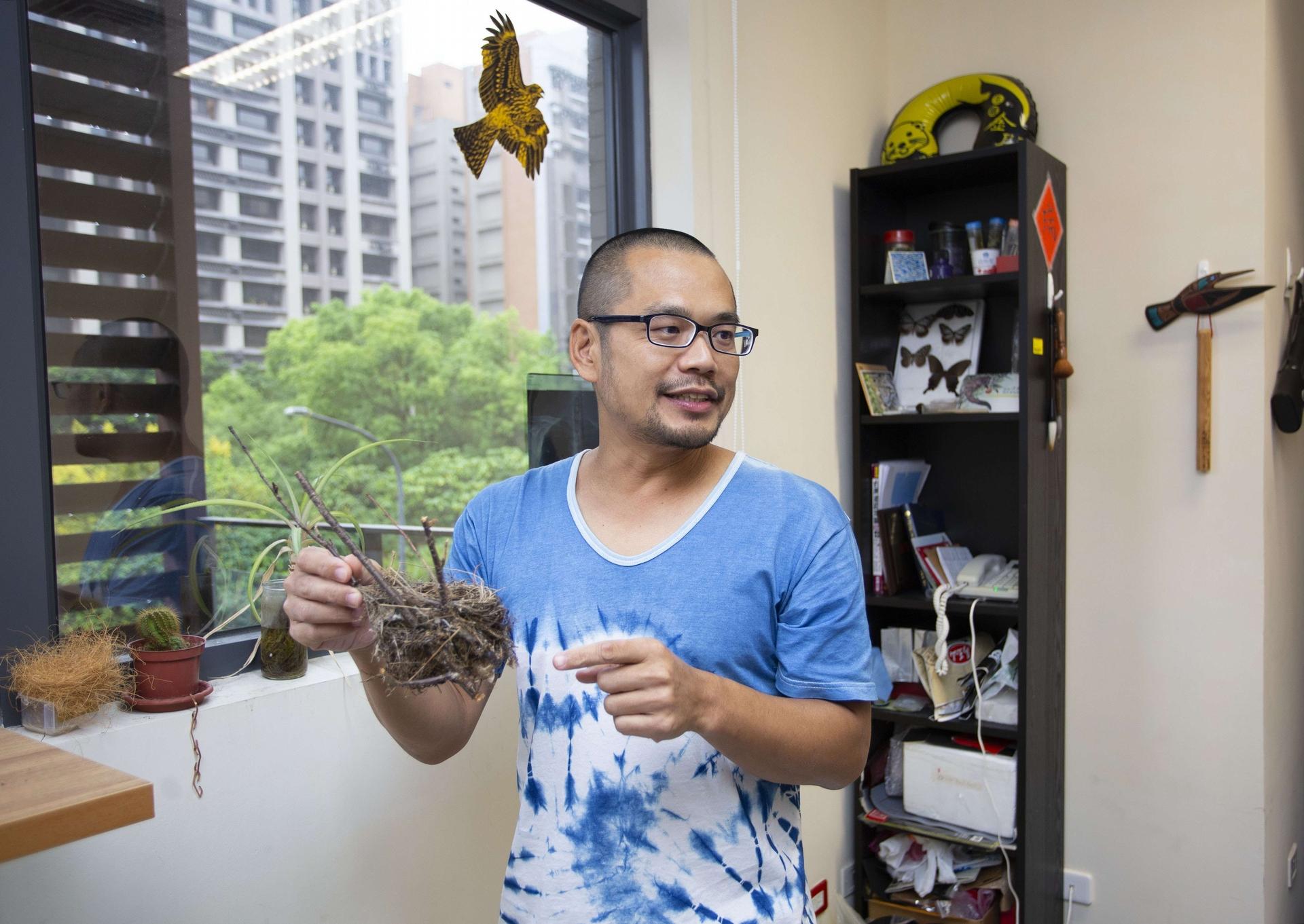 中研院生物多樣性研究中心洪志銘副研究員,對於鳥巢在適應環境上的變化相當感興趣,也是目前全世界研究鳥巢演化的先驅。 圖│研之有物
