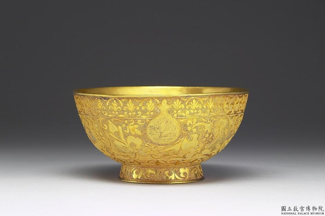 乾隆御用金碗。想要使用這般金光閃閃的器皿,得先努力爭氣,打敗後宮所有對手,順利升職登上皇后寶座。 圖│國立故宮博物院