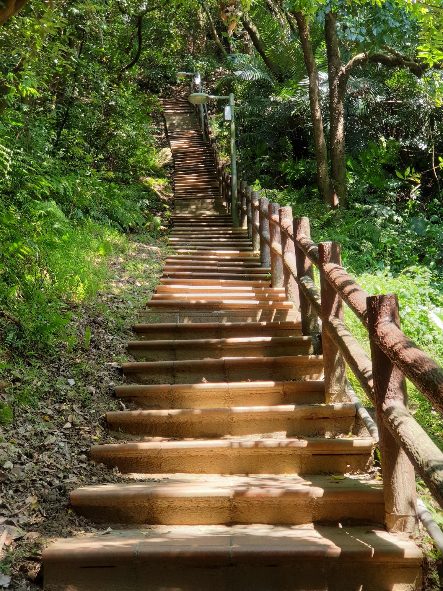 從鶯歌火車站,步行10分鐘,即可抵達登山口的「鶯歌石步道」。