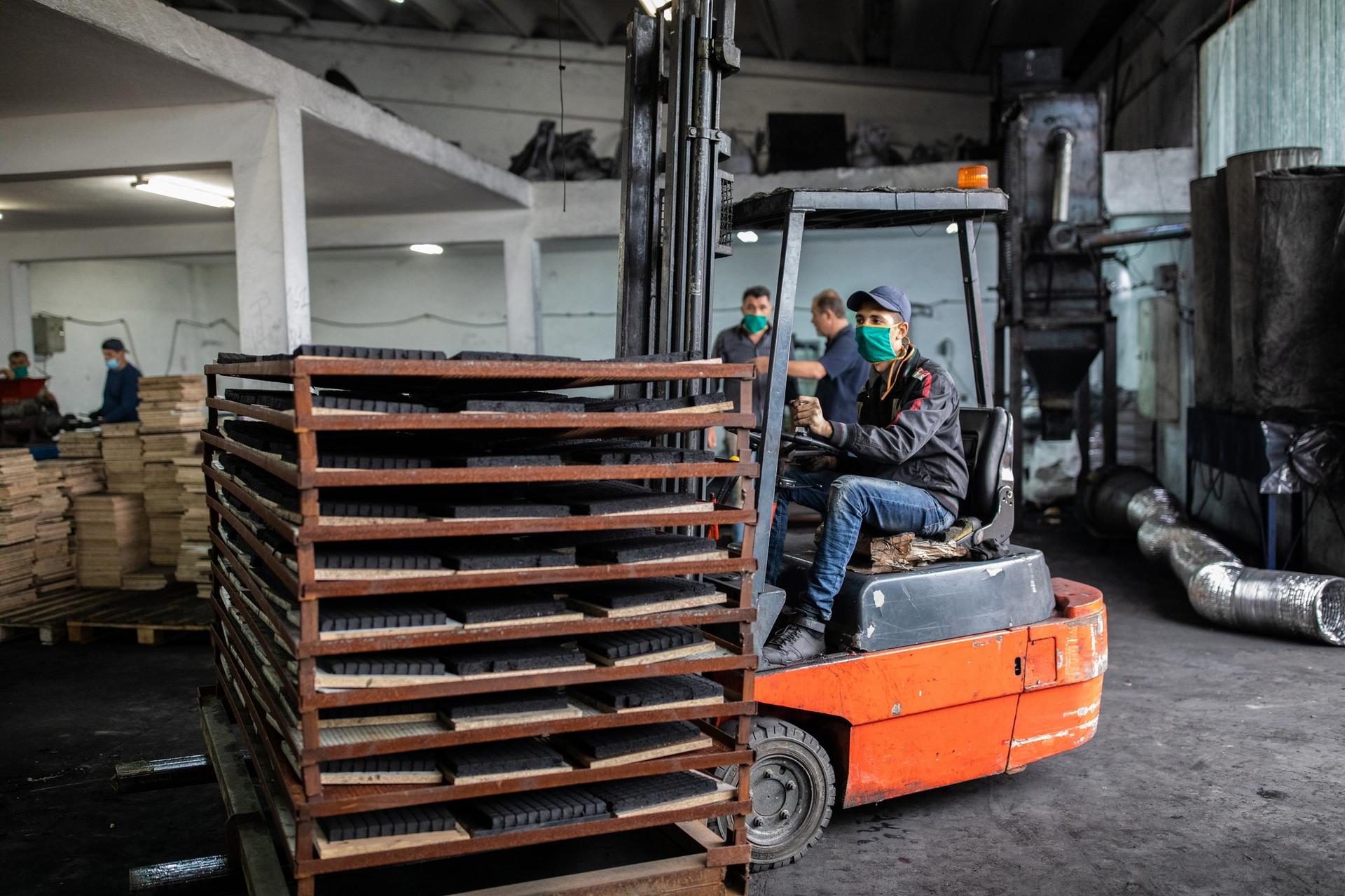 各國遠距工作、國際貿易的程度,都可能影響疫情傳播與經濟衝擊。臺灣由於製造業占比多,在遠距工作的可行性排行上算是中等國家。 圖│iStock