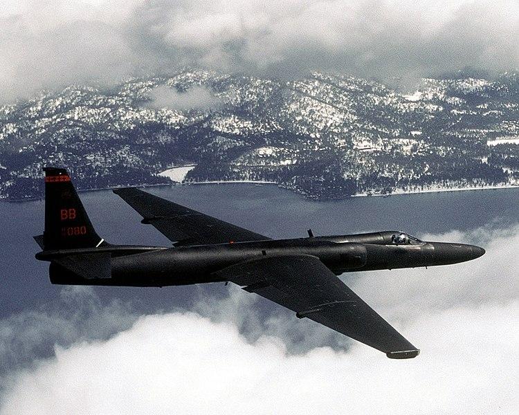 U-2 外型纖細、機翼極長,有著「蛟龍夫人」(Dragon Lady)之稱。機身只有前後兩個輪子,降落時必須有專車在機翼兩側預備,以長桿和磁鐵裝上兩個輪子,飛機才能順利滑行落地,極度考驗飛行員。 圖│Master Sgt. Rose Reynolds