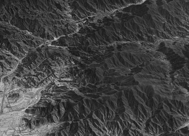 1963 年葉常棣教官駕駛 U-2 拍下八達嶺長城,兩年後遭共軍擊落,下落不明。流轉離散數十年返臺,葉教官執行任務 47 年後,首度在中研院見到自己當年拍下的偵查照。 圖│中研院地理資訊科學研究專題中心