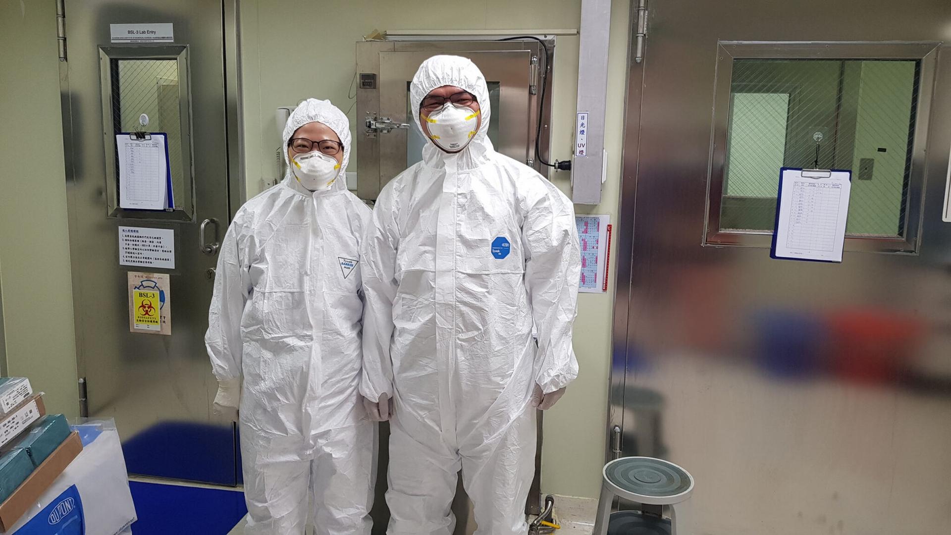 林宜玲實驗室同仁在 P3 實驗室前合影。P3 實驗室的工作人員必須穿著實驗衣,而且穿、脫順序都有嚴格的 SOP,並配合定期訓練。 圖│林宜玲