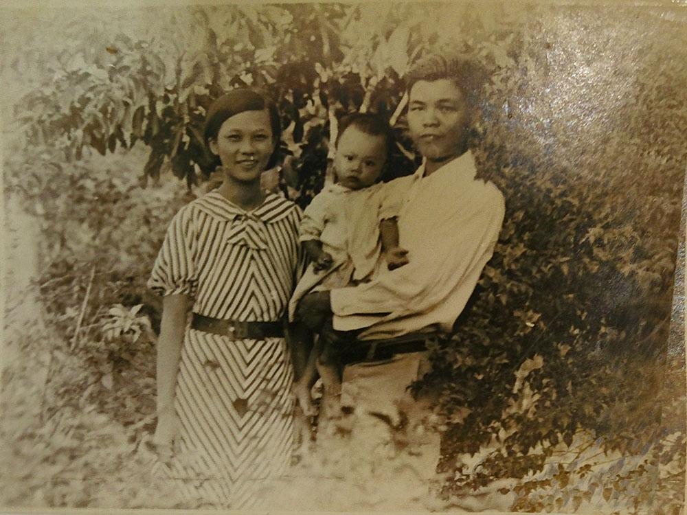 前臺大電機系教授邱雲磊(圖中幼童),幼時與在新加坡經營鐵礦公司的父母,一併被送入印度集中營。他回憶原本南洋住家多是馬來人、印度人,一直到進入集中營後,他才開始學日語。 圖│邱雲磊提供