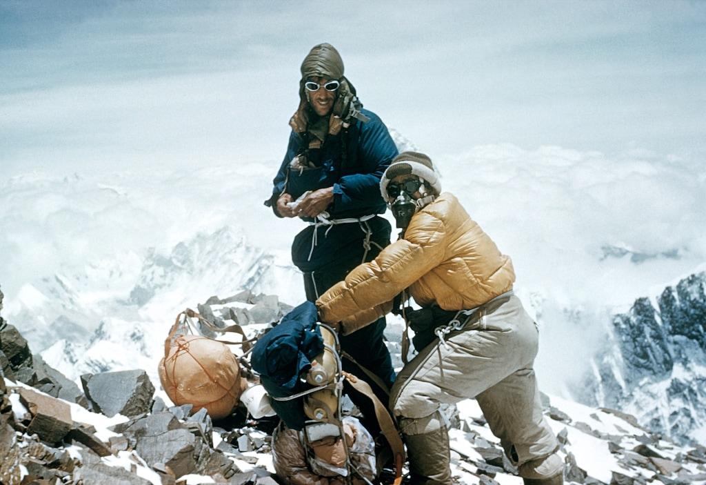 艾德蒙・希拉里爵士與丹增・諾蓋登上珠穆朗瑪峰。