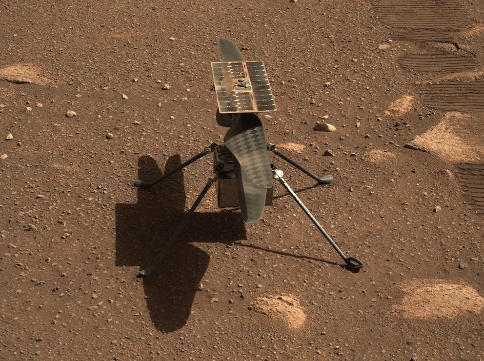 在火星表面的NASA機智號直升機。這張照片是在4月5日由毅力號的桅杆相機-Z(Mastcam-Z)所拍攝的,這是探測車上的一對可變焦相機。 PHOTOGRAPH BY NASA/JPL-CALTECH/ASU