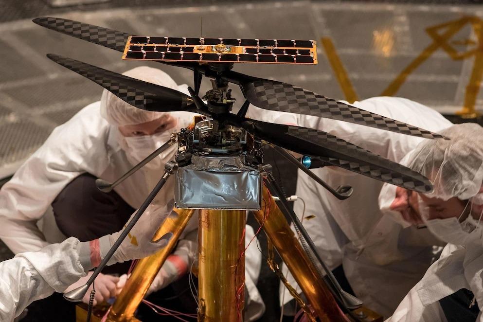 機智號的團隊成員於2019年2月1日在加州帕沙第納(Pasadena)NASA噴射推進實驗室7.6公尺寬的真空室「太空模擬室」(Space Simulator)內檢查直升機。 PHOTOGRAPH BY NASA/JPL-CALTECH