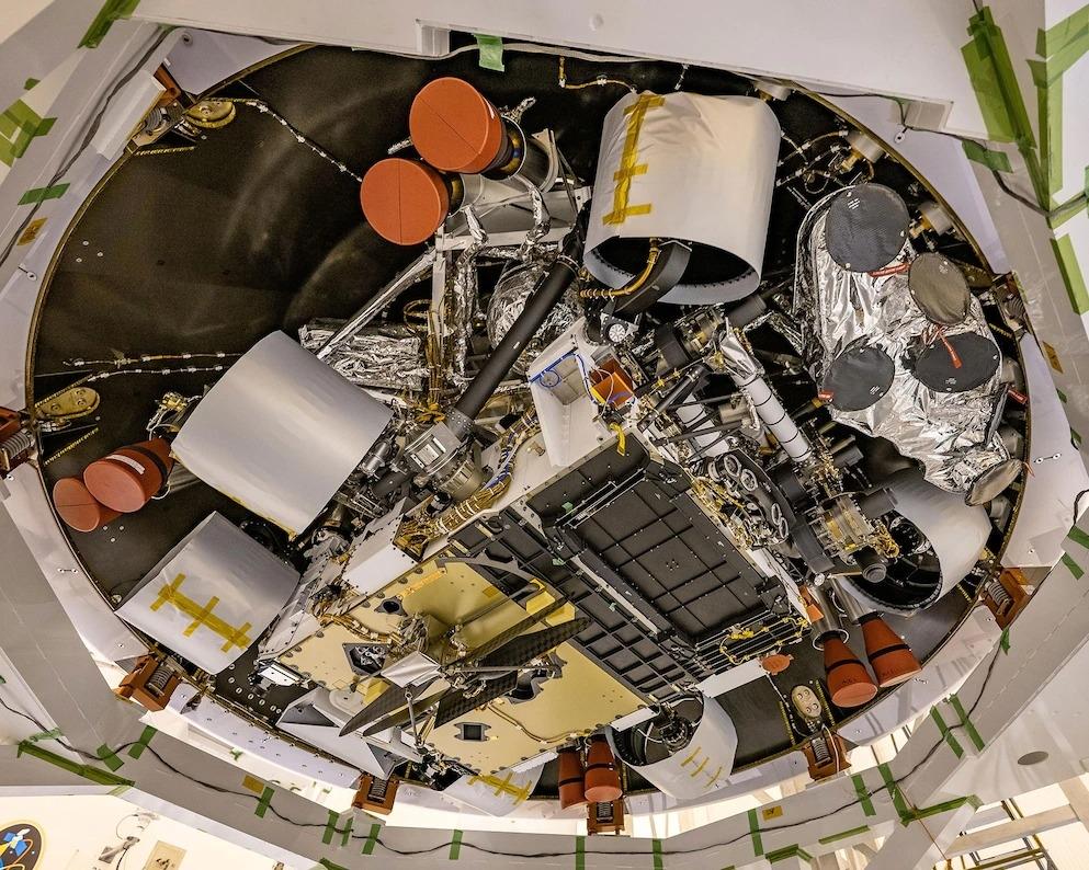 2020年4月29日,NASA的工程師正在進行毅力號探測車的行前準備工作,它將前往4億8000萬公里旅程外的火星表面。在影像中可以看到毅力號探測車的底部和貼附的機智號直升機(影像的下部中央)。 PHOTOGRAPH BY NASA/JPL-CALTECH