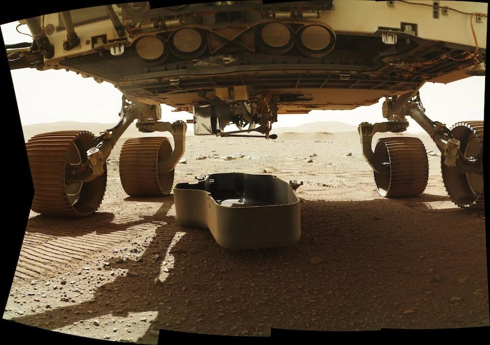 2021年3月21日是飛行任務的第30個火星日,從毅力號探測車的底部釋放了保護機智號直升機的碎片保護罩。直升機稍後將向下旋轉,脫離探測車的底部。 PHOTOGRAPH BY NASA/JPL-CALTECH/MSSS