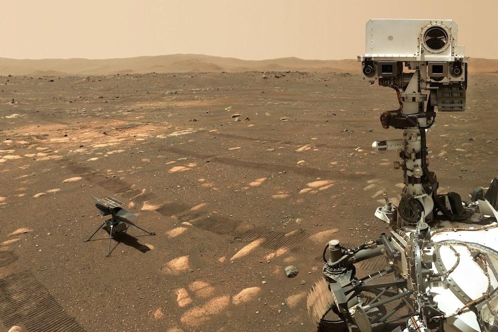 NASA的毅力號探測車於4月6日與機智號直升機在火星上的自拍照。接著毅力號駛向了61公尺外的高處,俯瞰機智號嘗試進行飛行。PHOTOGRAPH BY NASA/JPL-CALTECH/MSSS