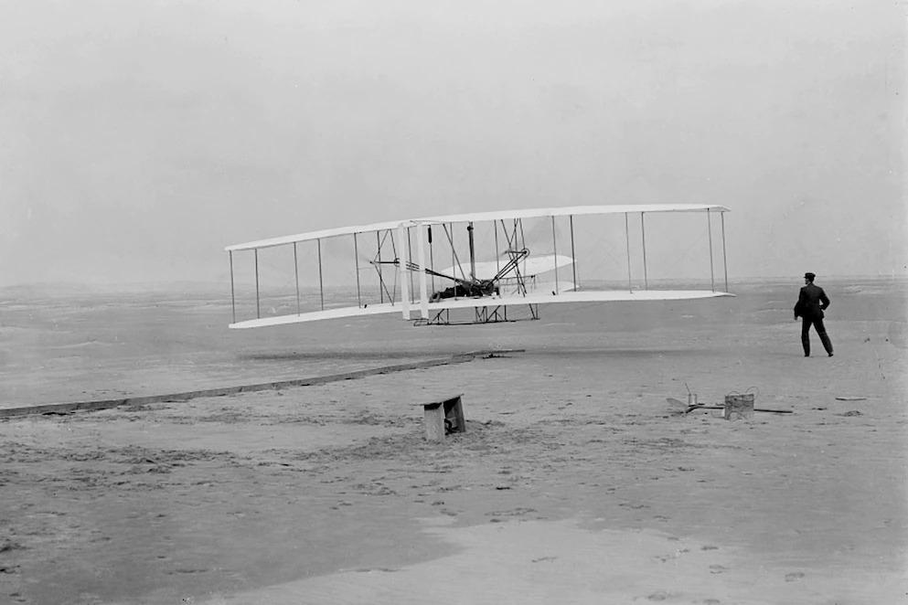 1903年12月17日,奧維爾.萊特(Orville Wright)在他的兄弟威爾伯(Wilbur)在北卡羅來納州的小鷹鎮(Kitty Hawk)進行了地球上的首次受控動力飛行,這張影像紀錄了當時的情形。萊特兄弟在那天進行了四次飛行,每次飛行的時間都比上一次更久。NASA的機智號火星直升機還帶了機翼上的一小片織布飛往火星。NASA NASA