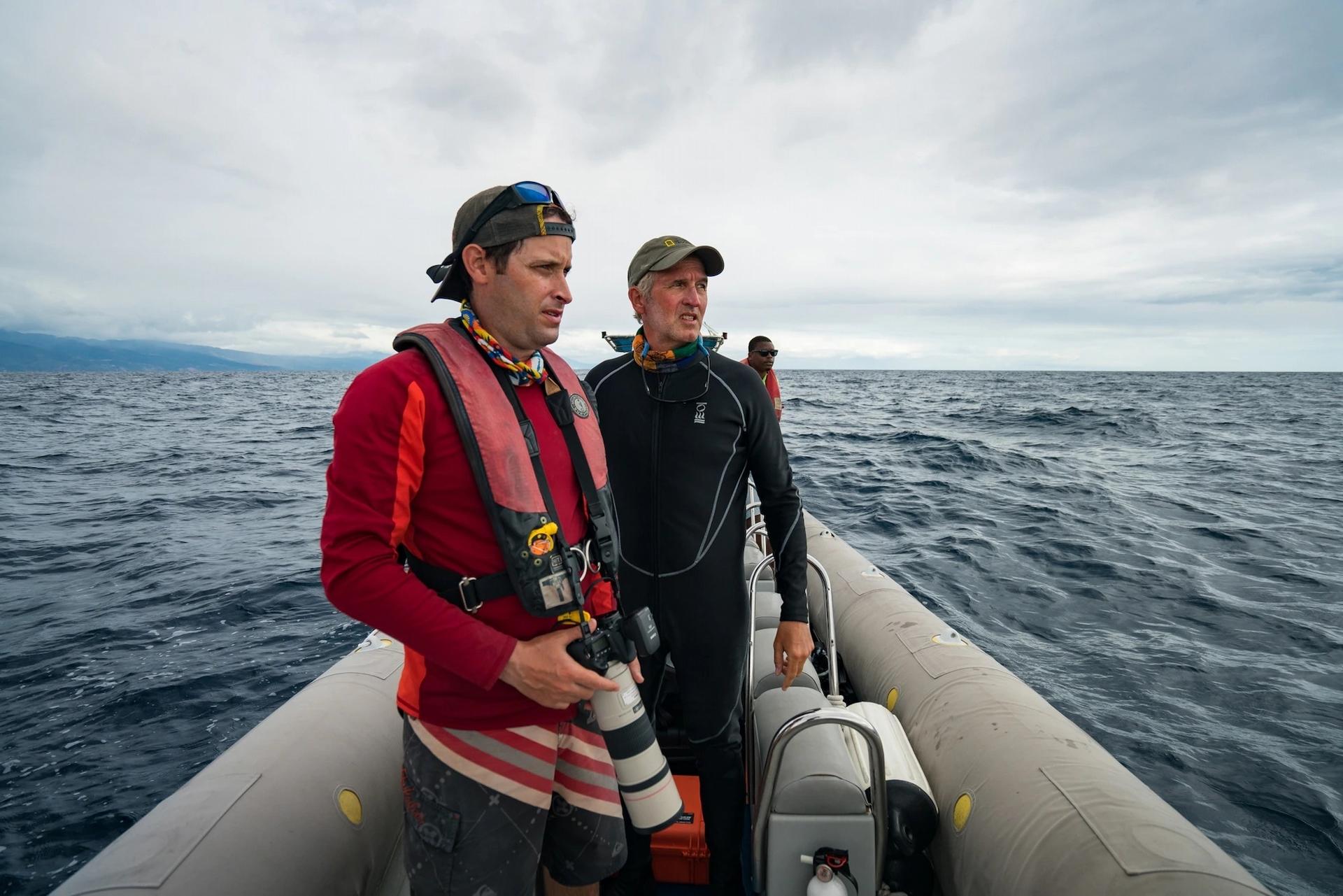 史蓋瑞與研究人員謝恩.葛洛(穿紅衣者)在多米尼克外海尋找抹香鯨。牠們通常每天都會現蹤,不過史蓋瑞拍攝時等了三週才見到一隻抹香鯨。拍攝大自然有可能是一種鍛鍊耐心的活動。PHOTOGRAPH BY STEVE DE NEEF