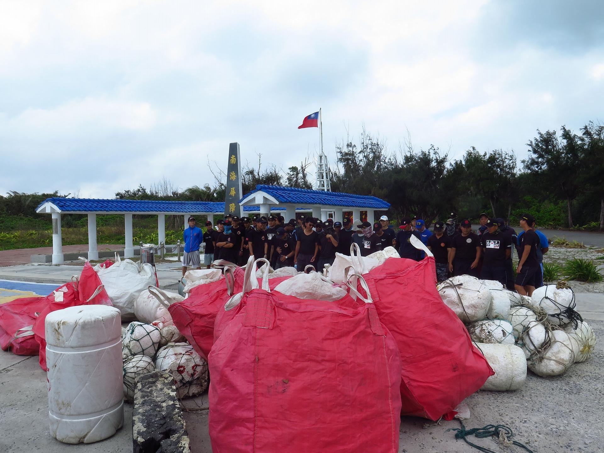 為了瞭解海漂垃圾從哪裡來,海洋國家公園管理處同仁、上島研究團隊與海巡署士兵協助調查海漂垃圾,分析裡面的組成物,鑑定後發現多半來自中國或東南亞國家。 圖│鄭明修
