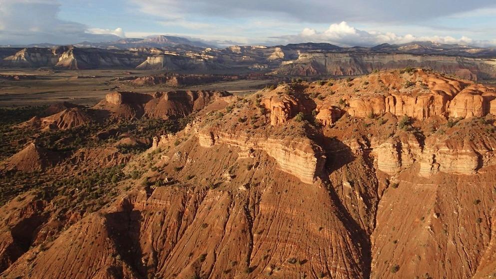 暴龍骨骸出土處附近的猶他州大升梯國家紀念區空照圖。PHOTOGRAPH BY ALAN TITUS, BLM