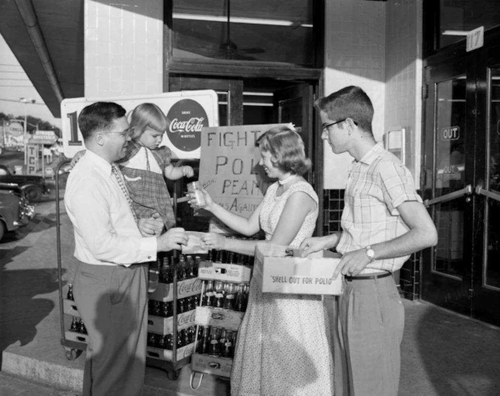 1956年,「青少年對抗脊髓灰質炎」組織的成員在佛羅里達州的塔拉哈西(Tallahassee)義賣花生募款,以推廣疫苗。PHOTOGRAPH VIA STATE ARCHIVES OF FLORIDA