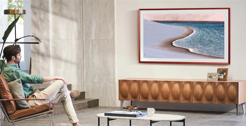 The Frame 美學電視,多款顏色磁吸式風格邊框,依照空間、品味,或內建可隨心切換畫作與照片,並具有自動感測功能,有人時會自動開啟藝術收藏,反之則會關閉節省能源。